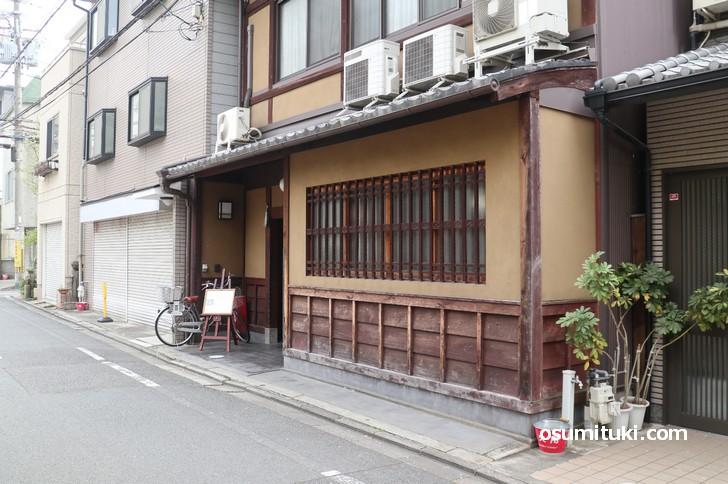 万寿寺通の静かな場所にある割烹「松粂(まつくめ)」
