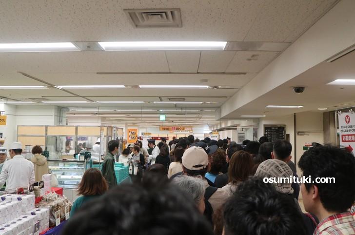 開店と同時に7階催事場へすでに60名ほどの行列がありました
