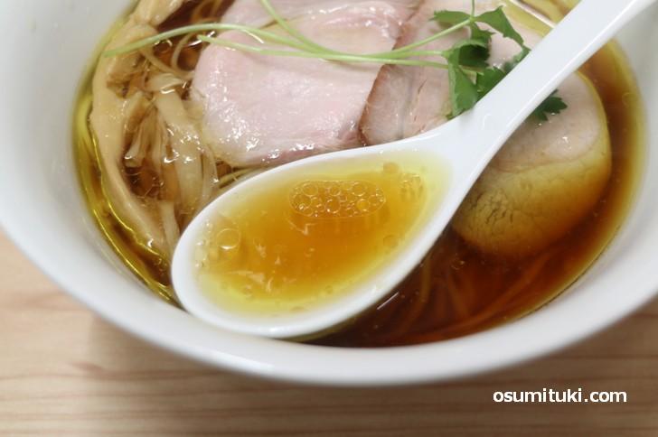 スープは丸鶏と鶏ガラのみの澄んだスープです