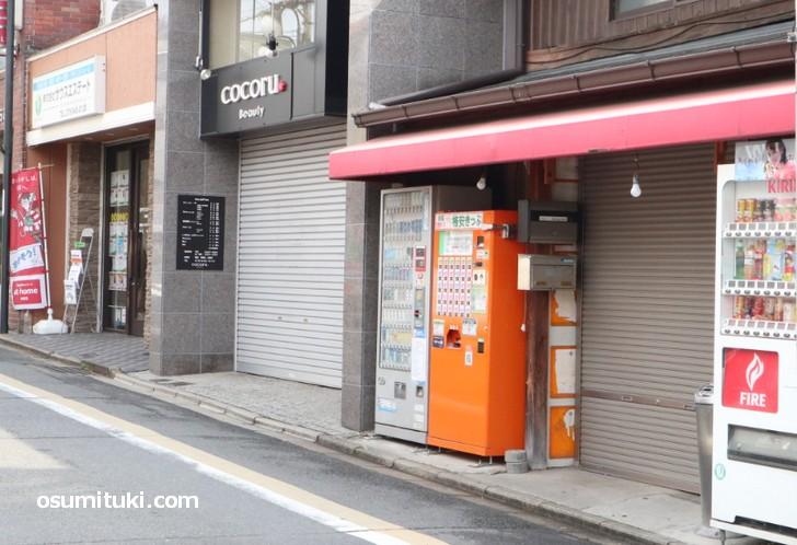墨染駅の格安キップ自販機は改札出て左右2か所にあります