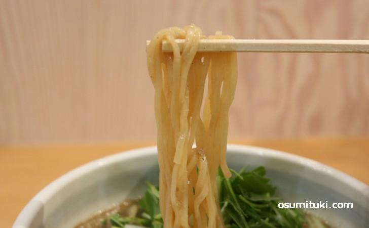 麺は中太麺で関西の製麺所のものを採用