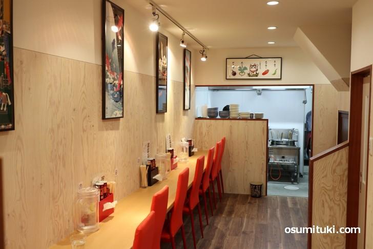 祇園白川ラーメン、店内は4人テーブルひとつ、カウンター10席