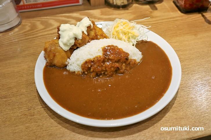 チキン南蛮カレー、濃厚なカレールーにタルタルソースが美味しい唐揚げ