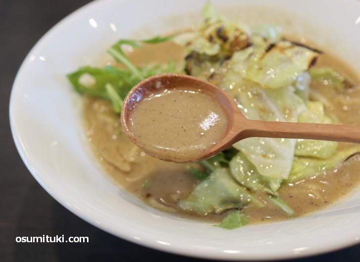 スープはとても粘度があり濃厚です