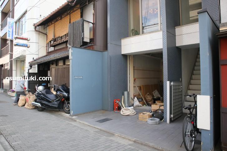 丸太町通で2軒並んで工事中だったテナント(2019年4月5日撮影)