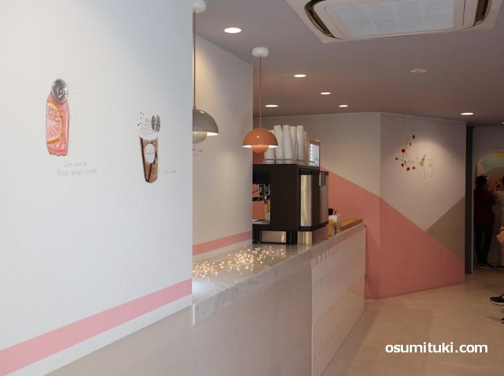 ピンクを基調にした可愛らしい店内です(Cafe no.kyoto)