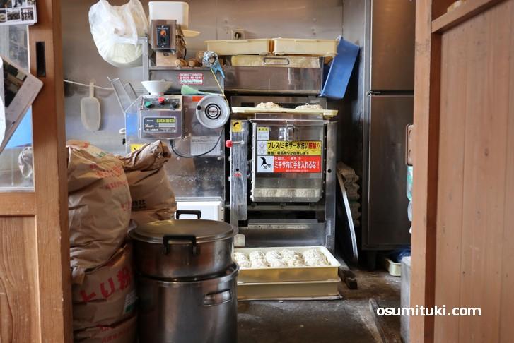 北海道小麦と京都小麦をブレンドして自家製麺しています