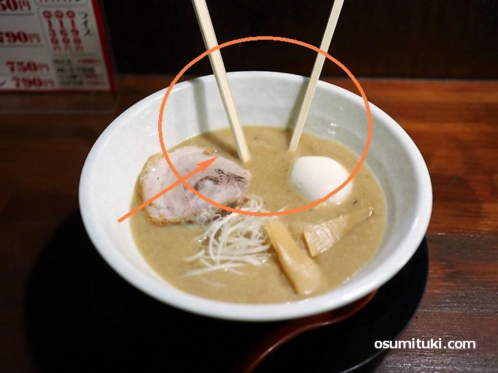 ラーメン健龍園のドロドロラーメンは箸が立つレベルの濃度