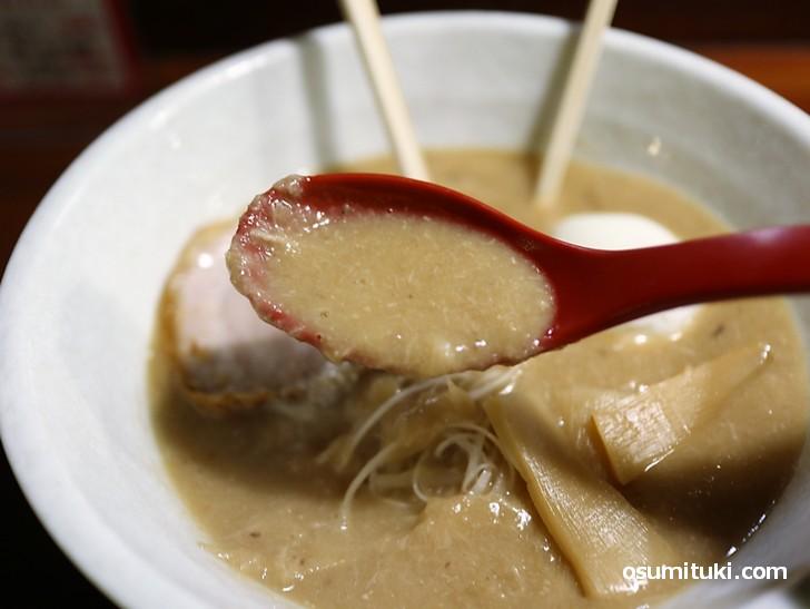 鶏の繊維が見えるスープ