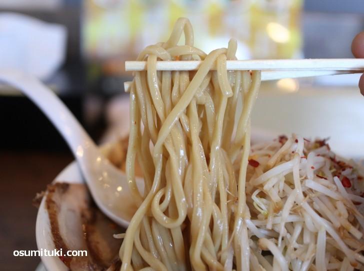 麺はツルっとした太麺(テイガク)