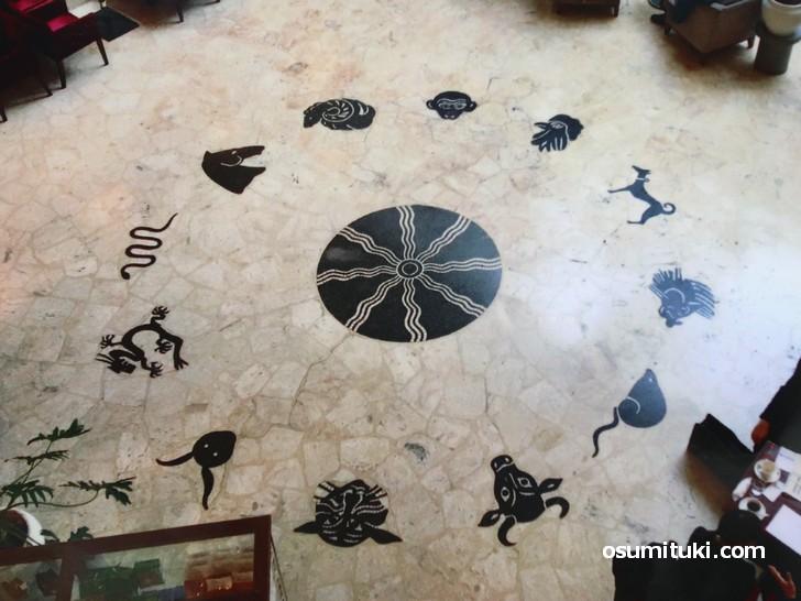 京都商工会議所の一階カフェにあった矢橋六郎氏の作品「大理石モザイク」(出典:モザイクが動いた資料)