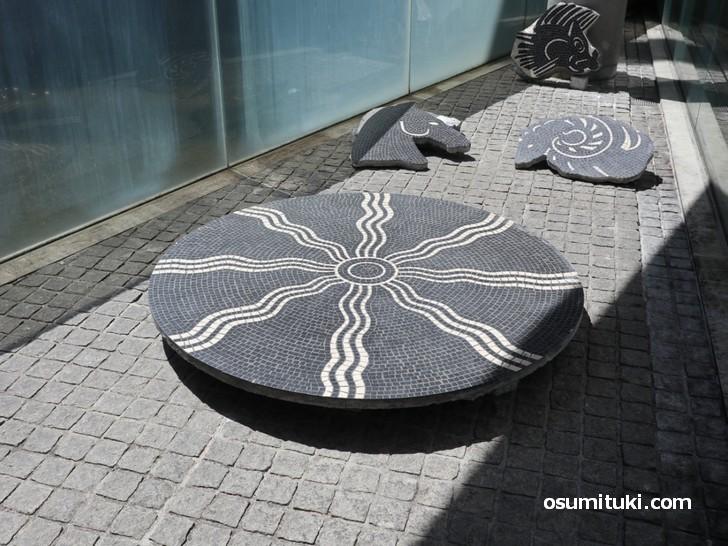 本物の「大理石モザイク」が京都府立陶板名画の庭で展示中です