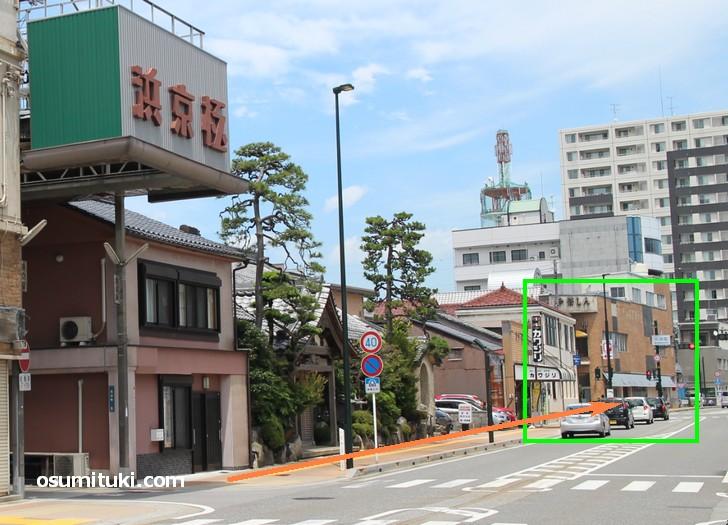 浜京極商店街から東へ50メートルほどの場所にある「茶しん 駅前本店」