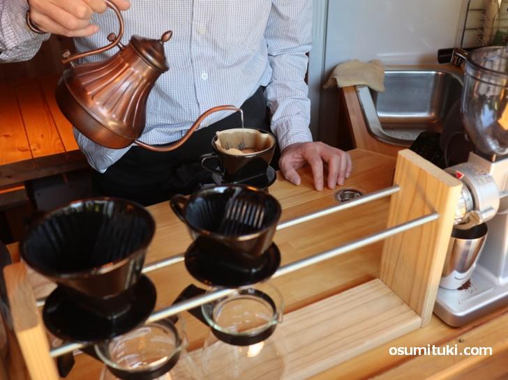 コーヒーを自家焙煎して淹れてくる牧師さん!