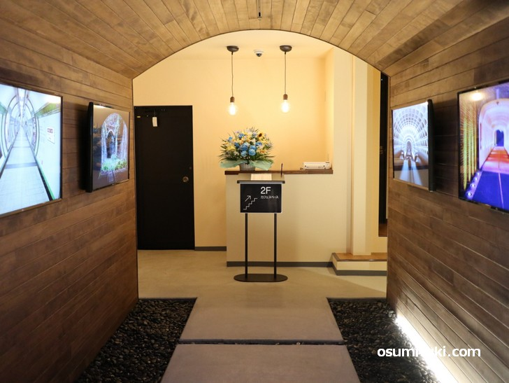 TUNNEL CAFE(トンネルカフェ)入口、客席は2階です