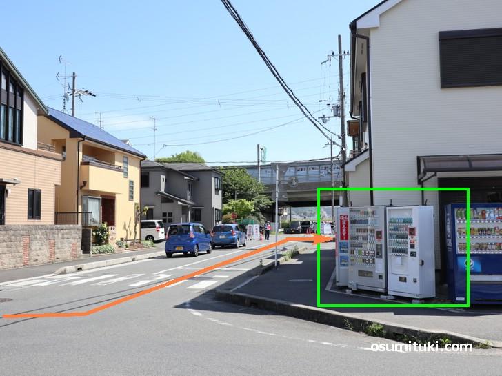 自販機のところを左折(南へ)自販機のところを左折(南へ)