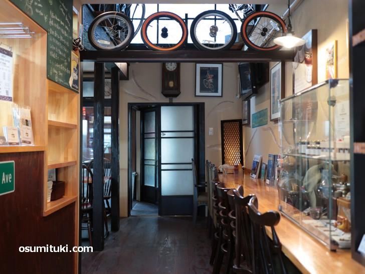 店内は英国の自転車メーカー「RALEIGH」で飾られています