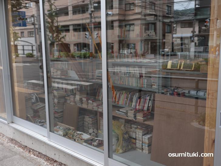 店内には本がたくさんあります(バフュッテ)