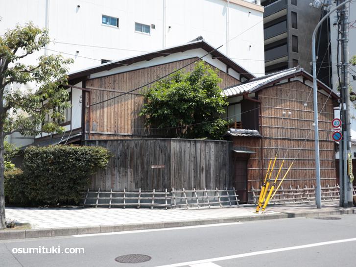 京都駅前のビルの狭間で奇跡的に残っている大正期の京町家が「aotake茶寮」です