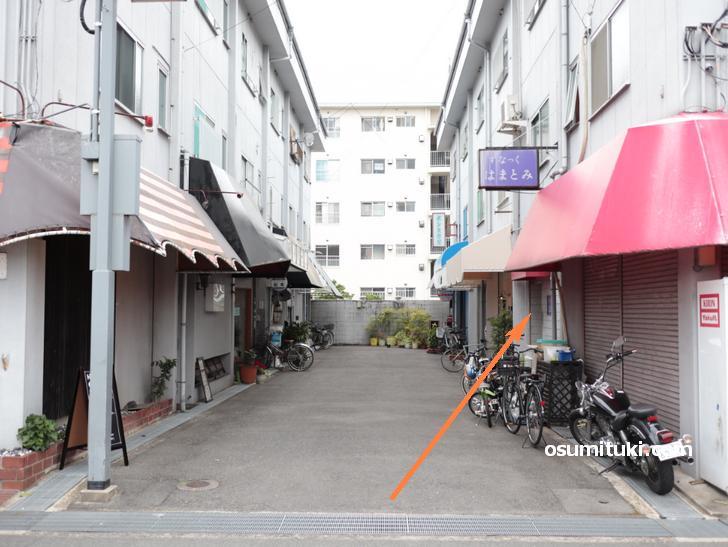 長岡京市役所のある「アゼリア通り」の東端の路地はいったところにあります