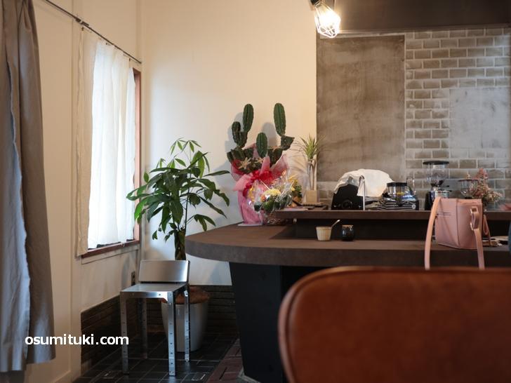 カウンターに2名テーブル2卓のカフェです