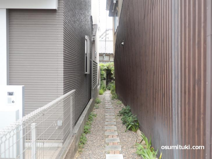 京都の路地の向こうに見えるのは・・・・喫茶店(カフェ)