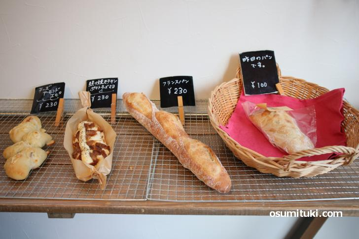 フランスパンは230円、食パンは320円で販売