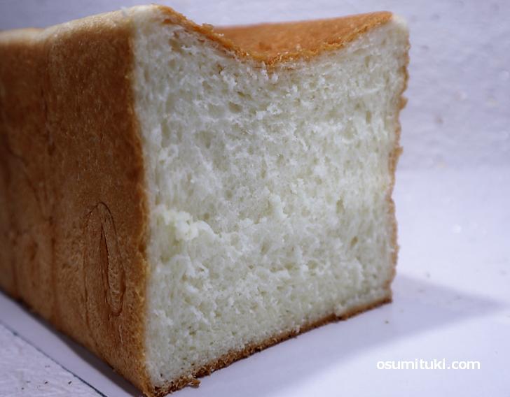 食材にはカナダ産の高級小麦、生クリーム、蜂蜜を使った甘さが特徴的な食パンです(銀座に志かわ)