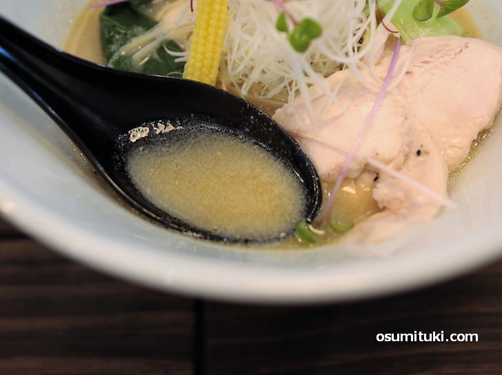 スープはほんのり甘みがあり、野菜などの出汁がよく出ています
