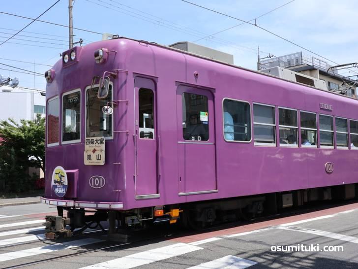 嵐電・西院駅でも目撃されており、三条西小路までは嵐電で移動したと思われます(ブラタモリ京都編)