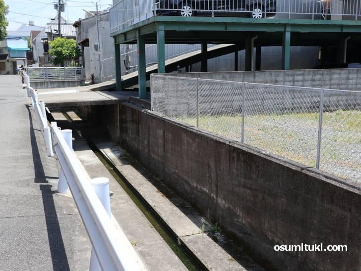 京都の山ノ内周辺はこういった運河が多く、天神川までは高低差も激しい