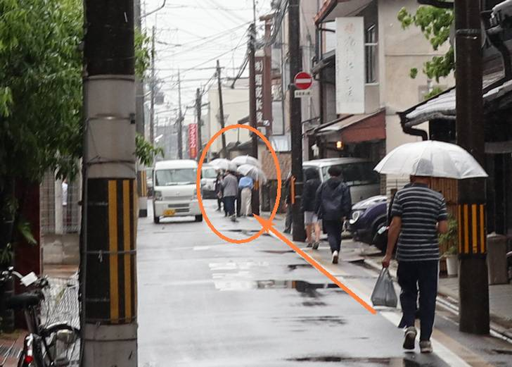 大宮通今出川を南へ、二条城方面へと向かう『ブラタモリ』の撮影隊(タモリさんと林田アナが見える)
