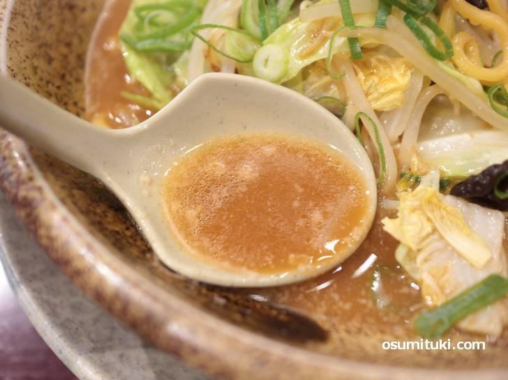 スープは京都らしいアッサリ味噌