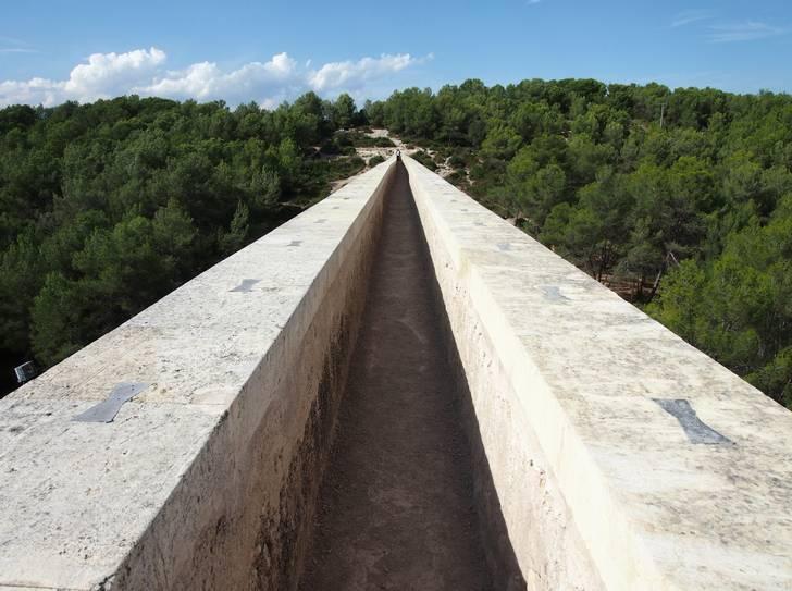 世界でも日本でもどこにでもある水道橋、これを歩道橋にしたら激セマになった場所が登場