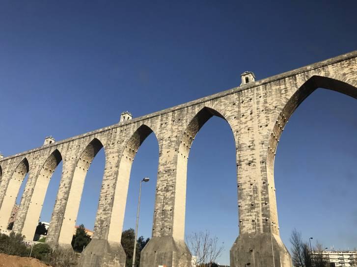 ポルトガルの水道橋、こういった水道橋を歩道橋に転用した橋が西宮にあります