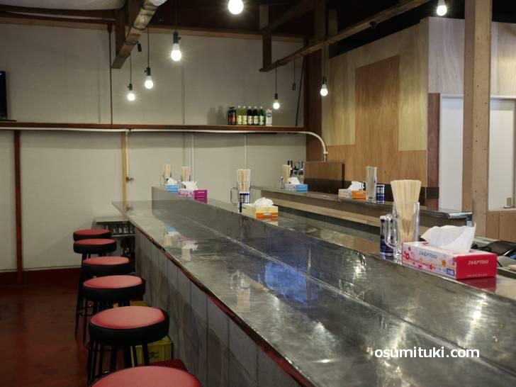 いい感じのカウンター居酒屋に見えますがテーブル席もあります