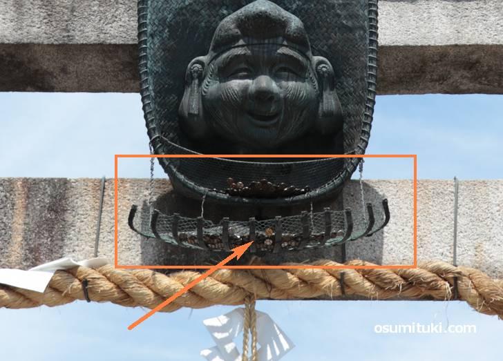 ゑびす神社(恵比寿神社)の頭の上はるか先にある賽銭箱