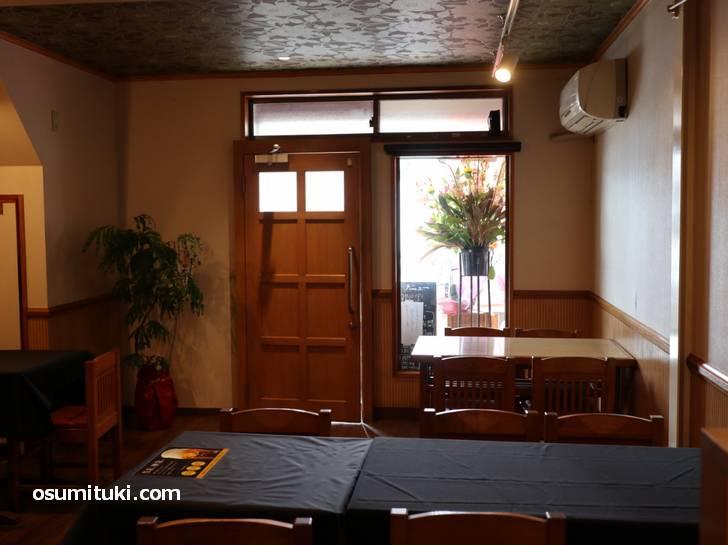 店内は4人テーブル3、2人テーブル2、カウンター10席ほど