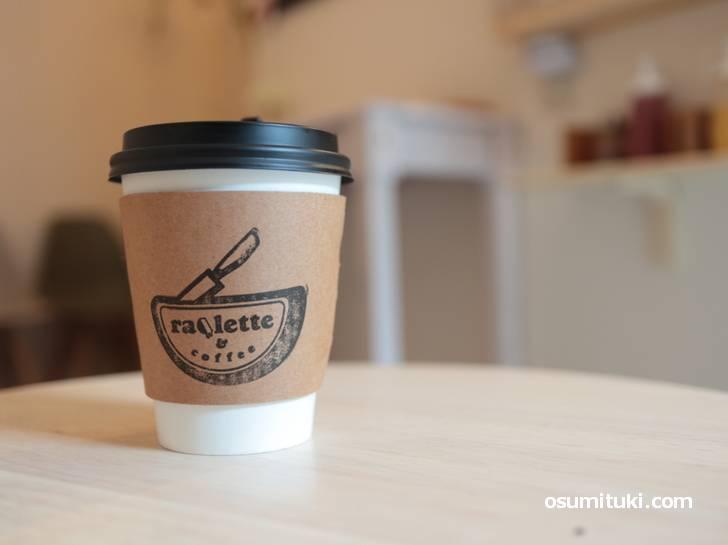 「ラクレットアンドコーヒー」ではコーヒーやホットドッグを食べることができます