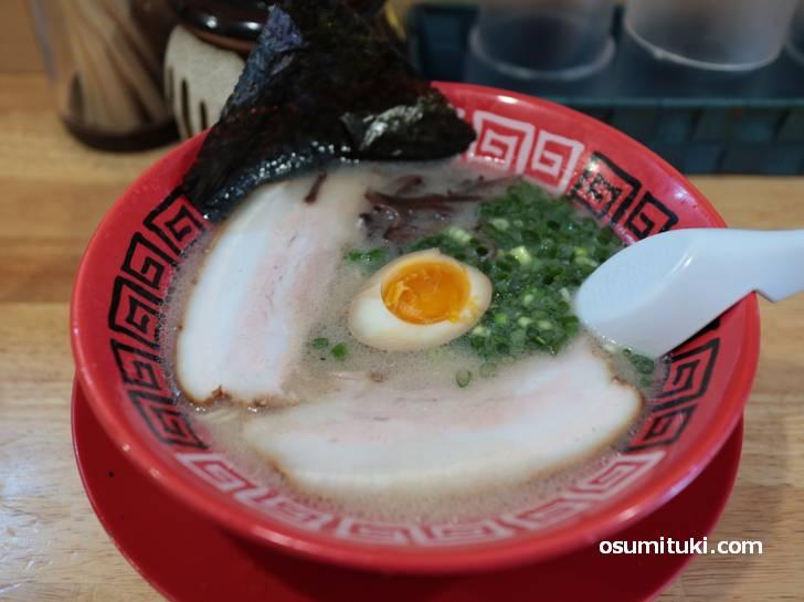 スープは白濁、豚骨のものすごい匂いがします