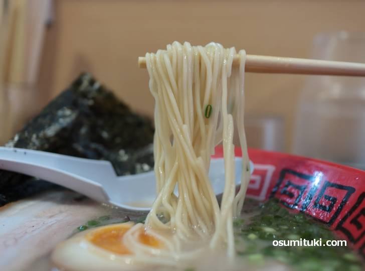 麺は定番の細麺ストレート(替え玉150円)