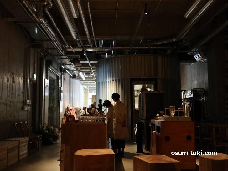 入口に近いほうがブランド・ショップで、その奥にあるカフェです