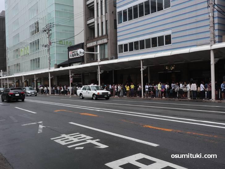 店前からロフトの前まである行列(オープン30分前)