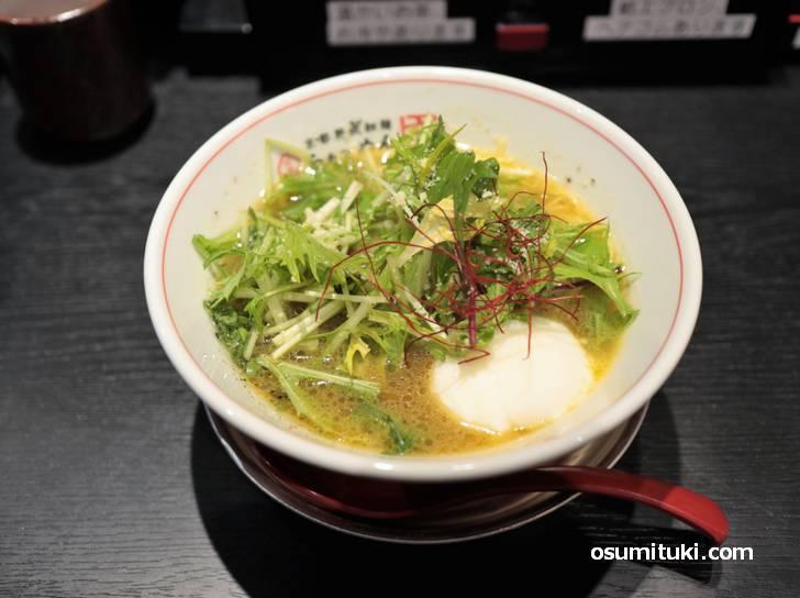 鶏白湯+野菜(豚骨も?)のラーメンで、かつて京都を席巻した宝屋の流れをくむラーメンです