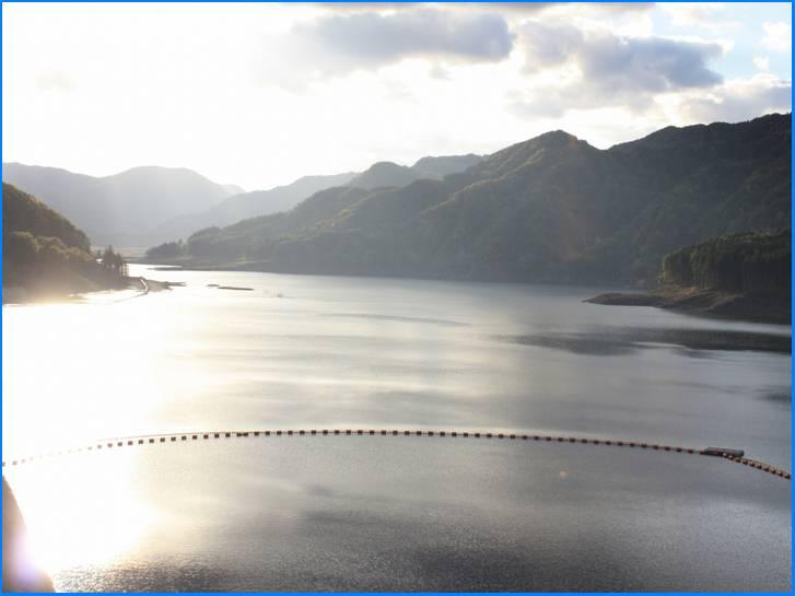 すぐ近くには美山湖があります