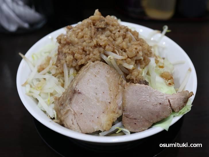 汁なし麺(中 300g)750円、ヤサイマシ、脂マシ