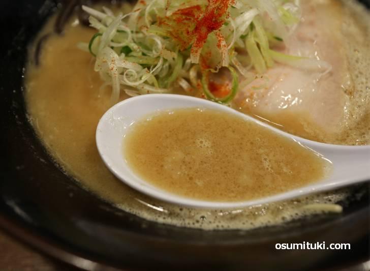 豚骨スープは博多とんこつみたいではないです