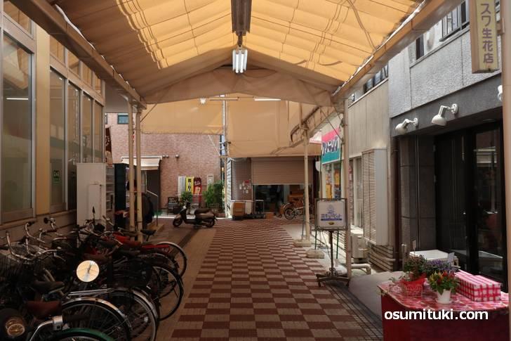 場所は近鉄京都線「大久保駅」とJR「新田駅」の間にあるアーケード商店街の中です