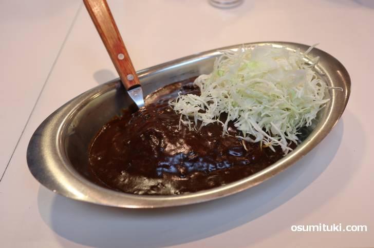 京都で食べられる金沢カレー、キャベツ盛りの黒いカレーです