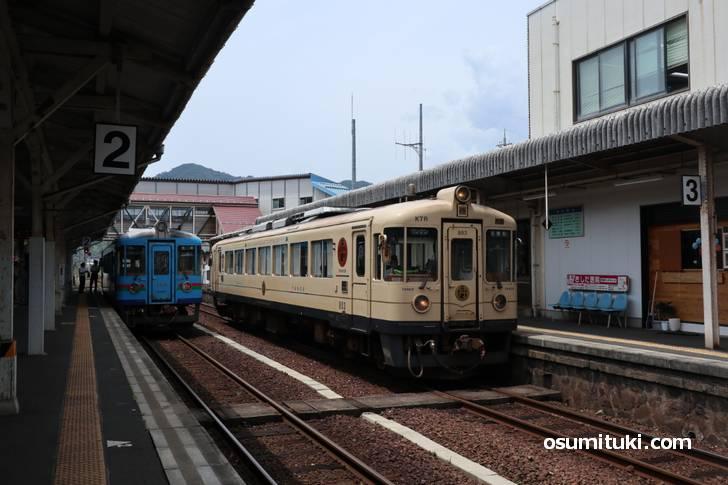 京都市内から特急「きのさき」で2時間、宮津(天橋立)駅で京丹後鉄道に乗換えて30分